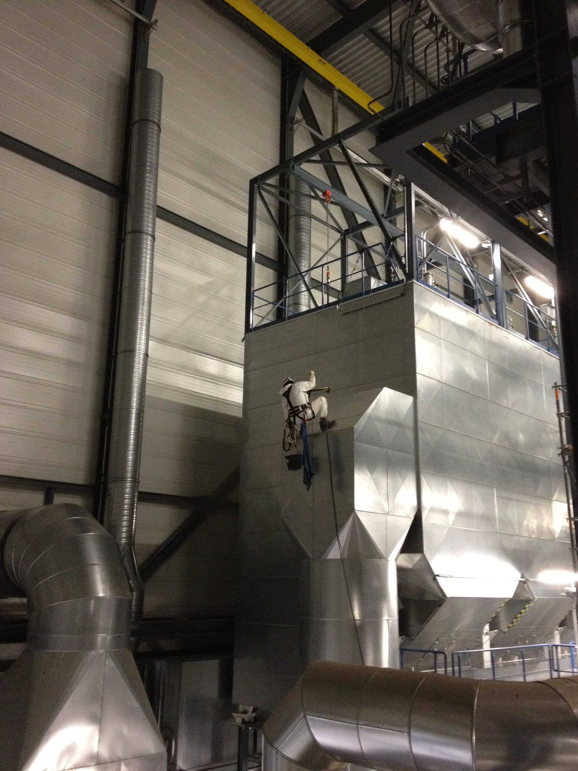 STH Mitarbeiter bei der Reinigung im Kraftwerk